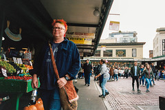Red Hair (Taomeister) Tags: pikesplacemarket contaxg2 biogong28mmf28 portra400 kodakportra400 seattledowntown