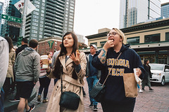 Walk and Munch (Taomeister) Tags: pikesplacemarket contaxg2 biogong28mmf28 portra400 kodakportra400 seattledowntown