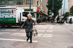 Running lady (Taomeister) Tags: pikesplacemarket contaxg2 biogong28mmf28 portra400 kodakportra400 seattledowntown