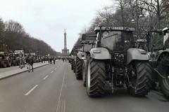 Berlin 26.11.2019 Bauernprotest Siegessäule (rieblinga) Tags: berlin 26112019 bauernprotest treckerdemo siegessäule strase des 17juni analog revue ac 4 agfa apx 100 adox fx 39 ii sw