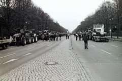 Berlin  26.11.2019 Bauernprotest Straße des 17.Juni (rieblinga) Tags: berlin 26112019 bauernprotest treckerdemo strase des 17 juni brandenburger tor analog revue ac4 agfa apx 100 adox fx 39 ii