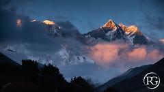 """L'appel des géants himalayens"". Khumbu, Népal. (Raphaël Grinevald • Photographe) Tags: everest chomolungma sagarmatha khumbu solukhumbu pangboche tengboche lhotse shar nuptse népal nepal vallée montagne massif mont mountains himalaya nikon nikkor 70200 28 vr d850 trek sunset coucher de soleil"