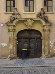 Große Kirchstraße, Gera (Ivan van Nek) Tags: doorsandwindows ramenendeuren bin kliko vuilnisbak container deur porte tür door architecture architectuur architektur arch boog arc nikon nikond7200 sigma1770