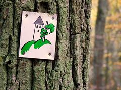 Burgensteig (a.sause) Tags: castle burg schlos fee tinkerbell green schild baum weg wandern