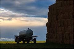 Vorratshaltung (linke64) Tags: thüringen deutschland germany natur landschaft himmel wolken wolkenhimmel wasserwagen wagen stroh strohballen
