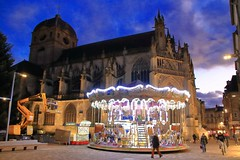 Les lumières du carrousel ! (Tonton Gilles) Tags: alençon normandie heure bleue carrousel église basilique notredame dalençon ciel nuages bleu violet pourpre réverbères lampadaires place lamagdelaine grande rue passants paysage urbain