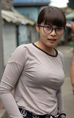 buxom beauty (the foreign photographer - ฝรั่งถ่) Tags: pretty buxom woman glasses spectacles khlong lard phrao portraits street bangkhen bangkok thailand nikon d3200