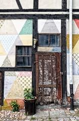 vakwerk (roberke) Tags: door deur vervallen verwaarloosd window raam venster street straat kleuren colors old oud wittenberg germany duitsland plant driehoeken