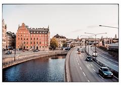 (schlomo jawotnik) Tags: 2019 oktober stockholm schweden kanal strase gebäude pkw verkehr analog film kodak kodakproimage100 usw