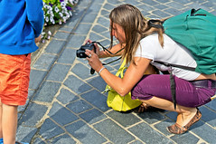 Nice Point of View (Hindrik S) Tags: photographer photo camera lady frou frau vrouw dame female femme woman girl foto fotograaf photographe fotografin fotoapparat fototastel fototoestel f18 sonyphotographing sony sonyalpha a57 α57 slta57 prime streetphoto strasenfotografie straatfotografie strjitfotografy candid summer simmer sommer zomer back backpack rücksacke rugzak sal50f18 50mmf18