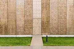 Versteckte Tür (Dingens-Kirchen) Tags: garching mensa tum forschungscampus holz wand symmetrie grün gras