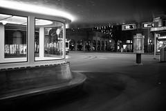 Paradeplatz Zürich (Toni_V) Tags: m2402773 rangefinder messsucher leicam mp typ240 35lux 35mmf14asphfle blackwhite monochrome sep2 silverefexpro2 paradeplatz zurich zürich switzerland schweiz suisse svizzera svizra europe night sundaymorningphototour ©toniv 2019 191124 bench bokeh dof