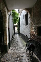 Vlaaikensgang - Antwerp - Belgium (roland_tempels) Tags: vlaaikensgang fiets antwerpen antwerp city oldcentre bicycle belgium