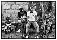conversation (Marie Hacene) Tags: abidjan côtedivoire afrique noiretblanc famille enfants rue street