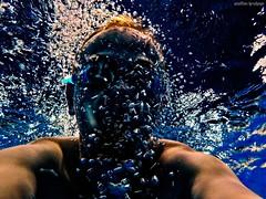 Folge mir (join me) (skruemel86) Tags: selfi portrait wasser wasserblasen unterwasser luftblasen wassermann nix nöck meermann mann hintergrundbeleuchtung schwimmen tauchen wasserratte nikon coolpix w150 retrato porträt portret ritratto portre портрет 肖像 portrét potret 肖像画 people water bubbles submerged aquarius man merman backlight swim swimming dive selfportrait selbstportrait unterwasserportrait underwater