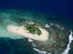 Motu (Tahiti - Polynésie française ) (claudiemenoud) Tags: ile island motu polynésie pacifique corail ocean sable nature mer vueaérienne nikon b700 coolpix bleu
