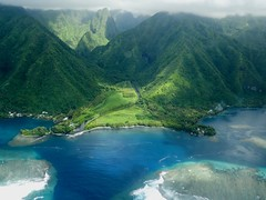 Vue aérienne d'une passe dans le lagon, côte est de Tahiti (Polynésie française) (claudiemenoud) Tags: polynésie pacifique ocean lagon lagoon vallée mer eau nature passe montagne mountain ile tahiti island vueaérienne vert green nikon b700 coolpix