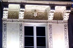 Détails architecturaux dans le quartier du Marais à Paris IVème (Sokleine) Tags: décorarchitectural architecturedetails details détails immeuble architecture building heritage patrimoine paris 75004 france night nuit nocturne