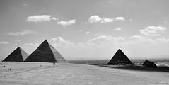Pirámides de Giza (o Guiza), El Cairo, Egipto. (Carlos Arriero) Tags: elcairo egipto egypt giza guiza pirámides pyramids viajar travel carlosarriero nikon d800e tamron 2470f28 blackandwhite blancoynegro bw bn noiretblanc monochrome landscape paisaje áfrica contraste