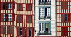Non-Rectilinear Geometry! (Ciceruacchio) Tags: geometry geometrie geometria diversity diversité windows fenêtre finestra nive errobi bayonne baiona paysbasque euskalherria france francia frankreich canon