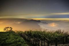 隙頂雲海夜(Night view from Xiding)。 (Charlie 李) Tags: stars starrysky alishan seaofclouds nightview xiding 阿里山 二延平步道 星空 長曝 夜拍 雲海 夜景 隙頂