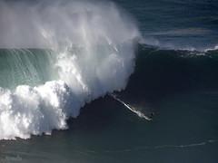 Adrénaline 😲 (Armelle85) Tags: extérieur nature mer océan vague surfeur nazaré portugal