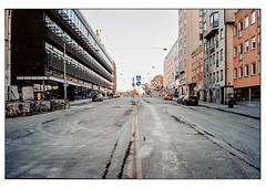 (schlomo jawotnik) Tags: 2019 oktober stockholm schweden slussen strase asphalt schmutz pkw verkehrsschilder gebäude bürgerlichegefühle fahrräder kran analog film kodak kodakproimage100 usw