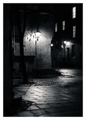 Back Streets, Royal Mile, Edinburgh(4) (S.R.Murphy) Tags: edinburgh fujifilmxf35mmf2 night nov2019 urban urbanlandscape fujifilmxt2 nightphotography socialdocumentary streetphotography bw bnw blackandwhite monochrome streetlights uk greatbritain