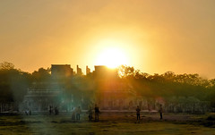 Sunrise over the Temple of the Warriors, Chichén Itzá, Yucatán Mexico (Gail K E) Tags: mexico centralamerica mesoamerican architecture maya toltec yucatanpeninsula yucatan chichenitza mayacivilization ruins