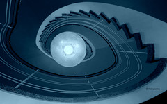 Die Lampe.... (petra.foto busy busy busy) Tags: blau blue lampe treppe treppenauge treppengeländer vonunten architektur fotopetra canon stairs stairwell inside gebäude treppenhaus