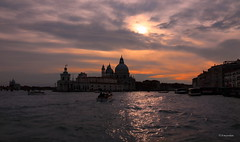 "La ""macchia abbagliante"" sul Canal Grande... (hmeyvalian) Tags: lagunaveneta canalgrande santamariadellasalute puntadelladogana giudecca sole nuvole tramonto soleil nuage coucherdesoleil reflections riflessi venezia venise italie ngc"