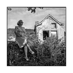 armelle 1 • gevrey-chambertin, burgundy • 2019 (lem's) Tags: pinup 50s ruin ruine urbex woman model femme modele house maison vineyard vignes gevrey chambertin bourgogne burgundy zenza bronica