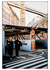 (schlomo jawotnik) Tags: 2019 oktober stockholm schweden slussen gondolen passanten zebrastreifen kran gebäude übergang baustelle bus71 1t analog film kodakproimage100 kodak usw