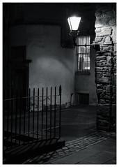 Gladstone's Land, Royal Mile, Edinburgh (S.R.Murphy) Tags: edinburgh fujifilmxf35mmf2 night nov2019 urban urbanlandscape fujifilmxt2 nightphotography socialdocumentary streetphotography bw bnw monochrome blackandwhite gladstonesland scottishnationaltrust nationaltrustscotland streetlights
