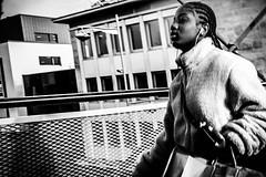 cool running (Rigpa22) Tags: street streetphotography strasse sw schwarz stadt city bw black brücke bridge girl people menschen mädchen