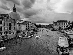 190703-255 Venise (clamato39) Tags: samsung venise italie italy voyage trip canal eau water ciel sky clouds nuages urban urbain ville city blackandwhite bw monochrome noiretblanc