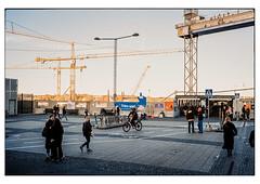 (schlomo jawotnik) Tags: 2019 oktober stockholm schweden slussen gondolen passanten radfahrer fusgänger kran baustelle strasenlaterne analog film kodak kodakproimage100 usw
