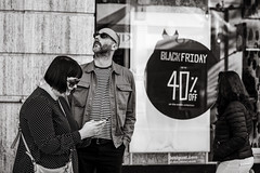 Black Friday (Gerard Koopen) Tags: street city españa spain streetlife málaga people woman man sunglasses shopping blackfriday discount add dailylife gerardkoopenphotography fashion streetphotography streetfashion blackandwhite monochrome noir fuji fujifilm 2019 56mm blackandwhiteonly xpro2 gerardkoopen