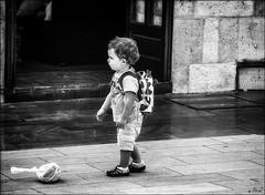 Non, non et non! / No, no and no! (vedebe) Tags: enfants ville city rue street urbain urban noiretblanc netb nb bw monochrome