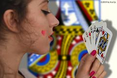 LA REGINA DI CUORI (ADRIANO ART FOR PASSION) Tags: ritratto mani carte cartedagioco regina cuori reginadicuori playngcard foto adrianoartforpassion fotostudio nikon nikond7200 18200 52mm poker pokerdonne queenpoker queen