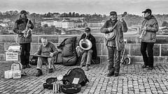 Musique sur le Pont Charles (Lucille-bs) Tags: europe républiquetchèque bohème prague praha pontcharles nb monochrome bw musique musicien groupe rue