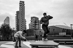 Milano, novembre 2018. Kodak trix400. (StefanoS.fotografia) Tags: kodaktrix400 kodak grattacieli roller pattini pattinatori quartiereisola milano