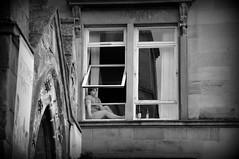 relax... (pjarc) Tags: uk scotland scozia relax girl ragazza glasgow città city people moment finestra window photo foto bw black white bianconero tour 2019 nikon d3s