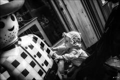 Irrésistible attrait... / Irresistible attraction... (vedebe) Tags: rue street urbain urban city ville enfant jeux jouet noiretblanc netb nb bw monochrome