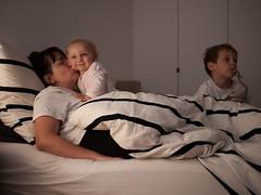 Pauline, Élise et Jules (Dahrth) Tags: micro43 microfourthirds microquatretiers panasoniclumixgf1 gf120 gf1 lumix20mm 20mm17 famille family familyphoto children enfants bébé baby bed lit sourire smile blonde brune rayures stripes