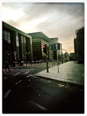 Bruxelles 1 (Casey Hugelfink) Tags: brüssel bruxelles brussels brussel belgium street streetphotography strase europe eu europa ec echeadquarter buildings gebäude hochhäuser skyscraper cars autos traffic city evening trafficlight ampel zebrastreifen