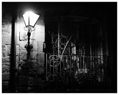 Back streets, Royal Mile, Edinburgh(2) (S.R.Murphy) Tags: edinburgh fujifilmxf35mmf2 night nov2019 urban urbanlandscape fujifilmxt2 nightphotography socialdocumentary streetphotography bw bnw blackandwhite monochrome streetlights
