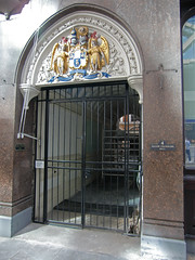 Entrance to Tallow Chandlers' Hall, Dowgate Hill, London, 6th August 2019 (Phil Masters) Tags: 6thaugust august2019 london doorway arms dowgatehill dowgatehilllondon tallowchandlershall
