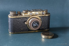 Leica (1945) (José Antonio Domingo RODRÍGUEZ RODRÍGUEZ) Tags: lens antique technology equipment old camera studio shot shutter obsolete cut out white background simplicity viewfinder single object leica