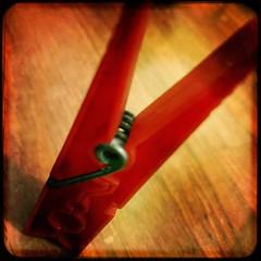 RoSsO --------------------- [for MM]  //// in Explore! /// (ghiro1234 [♀]) Tags: macromondays red rosso macrodellunedì molletta formatoquadrato squared hipstamatic robertaghidossi ceghiwool explore inexplore